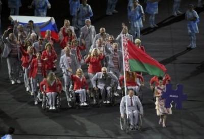 belorusskie-sportsmenyi-pronesli-flag-rossii-na-otkryitii-paralimpiadyi-2016_400